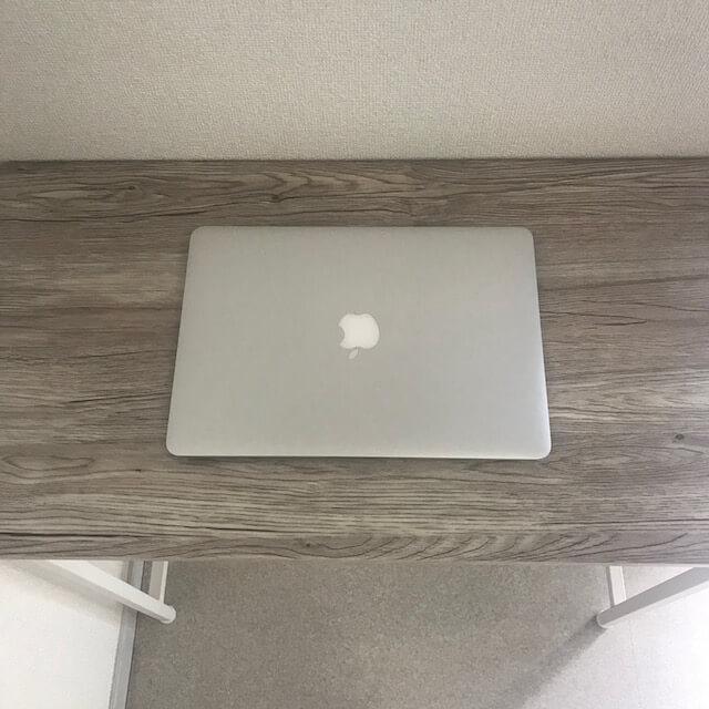 デスクにMacBook Airをおいてみる