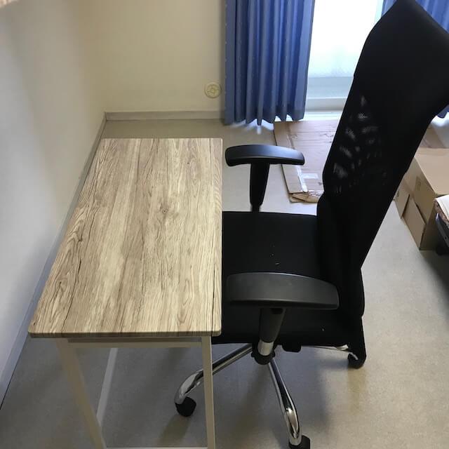 デスクに大きめの椅子を収納